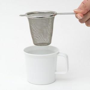 茶こしとマグカップ